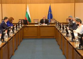 Исканията на бизнеса са брутална намеса на държавата в икономиката, смята президента Радев